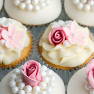 wedding_cupcakes_pearls_flowers_01